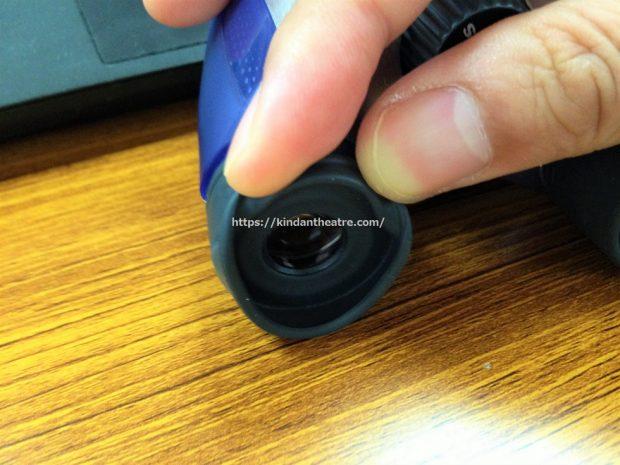 メガネの上からDPCIを使う場合はまず、目をあてる部分(ラバー)を折り返すように曲げる