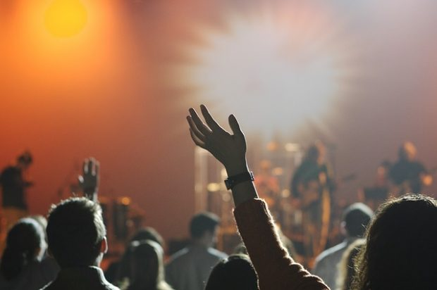 コンサートやライブでは歌や演奏を聴く前提である