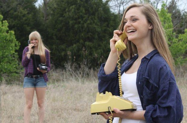 近くにいるのに電話で会話する女の子たち
