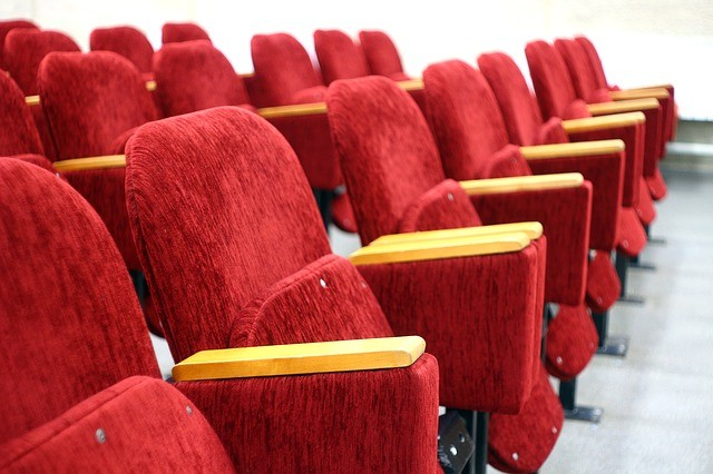 劇場の観客席椅子