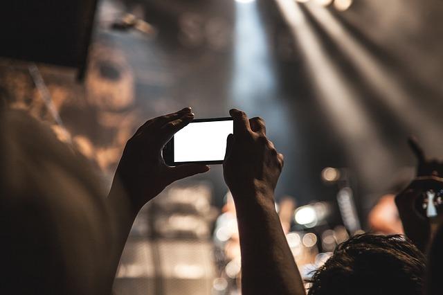 舞台をこっそり盗撮する女性