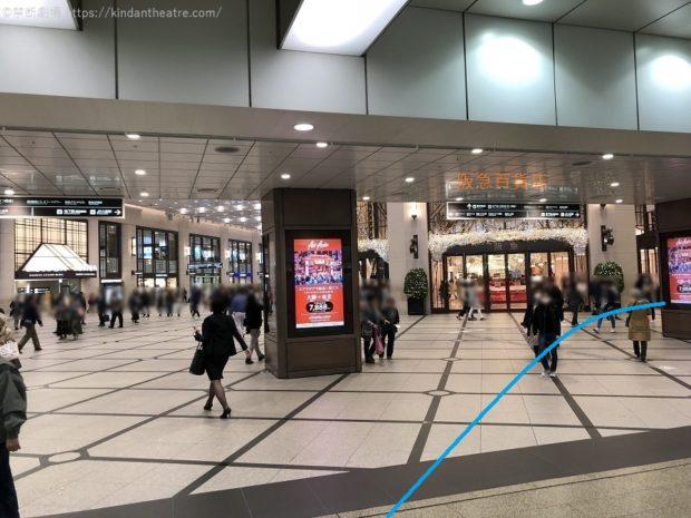 ムービングウォークを抜けたら阪急百貨店前を右方向に進む