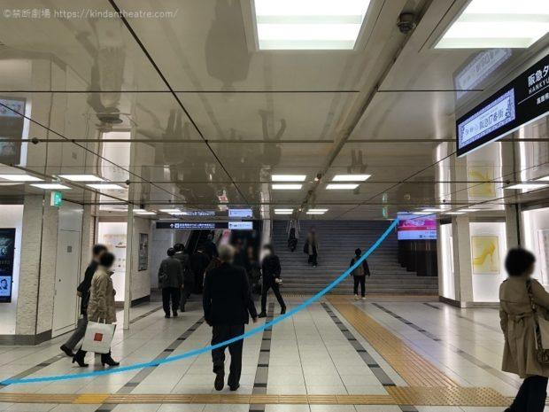 阪急梅田駅中央改札口1階エリアに向かい階段・エスカレーターを利用する