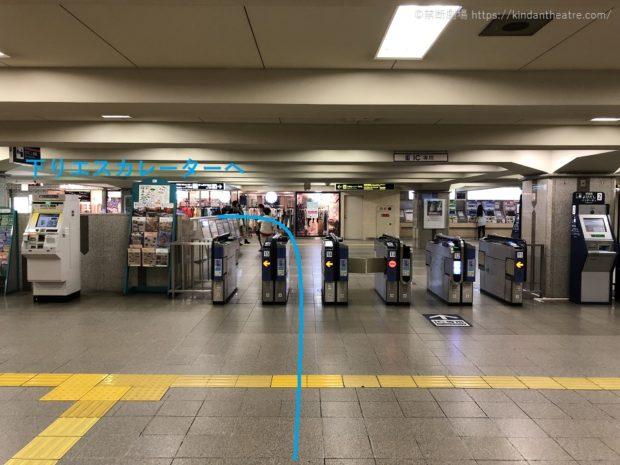 阪急梅田駅茶屋町口改札から下りエスカレーターへと向かう