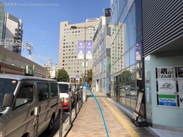 梅田芸術劇場へ向かう歩道をさらに進んでゆく