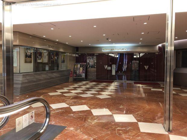 梅田芸術劇場シアター・ドラマシティ玄関口。