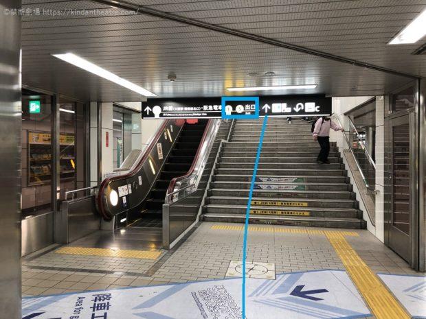 地下鉄御堂筋線梅田駅ホームより1~5番出口を目指してすすむ