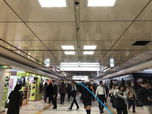 地下鉄御堂筋線梅田駅から阪急梅田駅への地下連絡通路は大変混雑している。