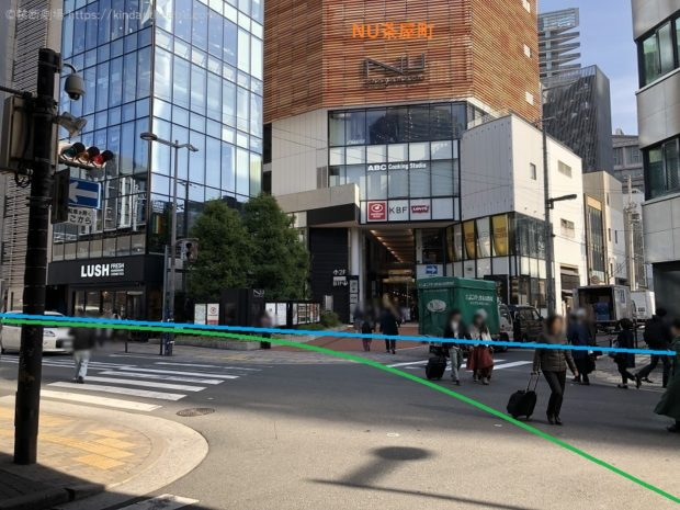 NU茶屋町前横断歩道を渡り、梅田芸術劇場へと進んでゆく