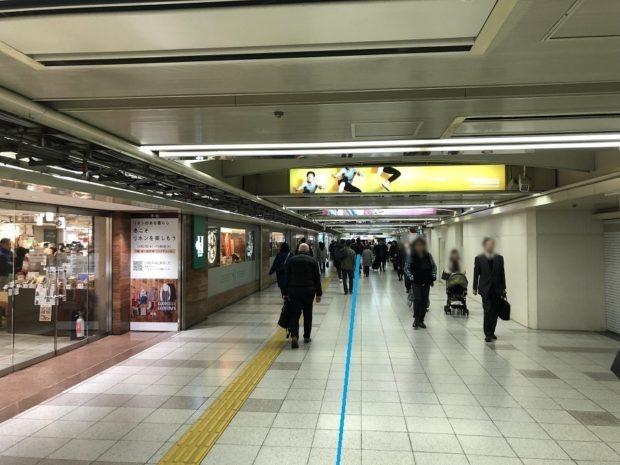 阪神百貨店前地下通路をひたすら西梅田方面へと進む