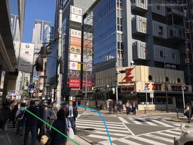阪急梅田駅、ユニクロOSAKA店前交差点をすすむ