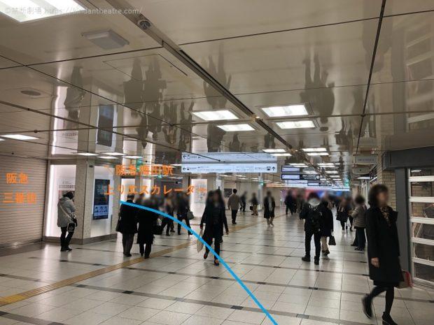 通路が開けてきたら阪急梅田駅方面のエスカレーター・階段へと向かう