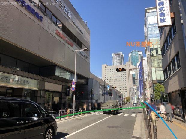 NU茶屋町前横断歩道を渡って、梅田芸術劇場へと進んでゆく