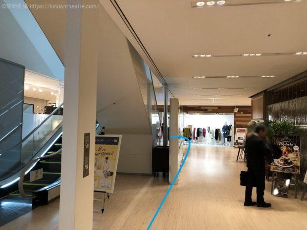 ブリーゼブリーゼ地下1階フロア上りエスカレーターへ進む