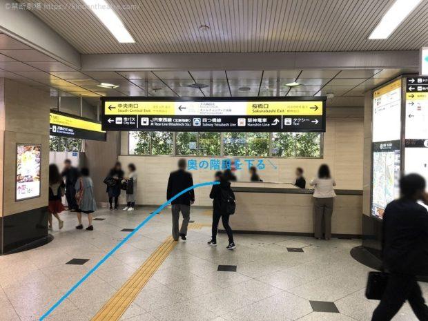JR大阪駅桜橋口奥の階段を降りる