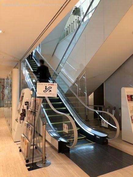 ブリーゼブリーゼ地下1階上りエスカレーター