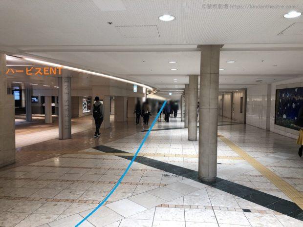 ハービスENT横地下通路をブリーゼタワー方面へ進む