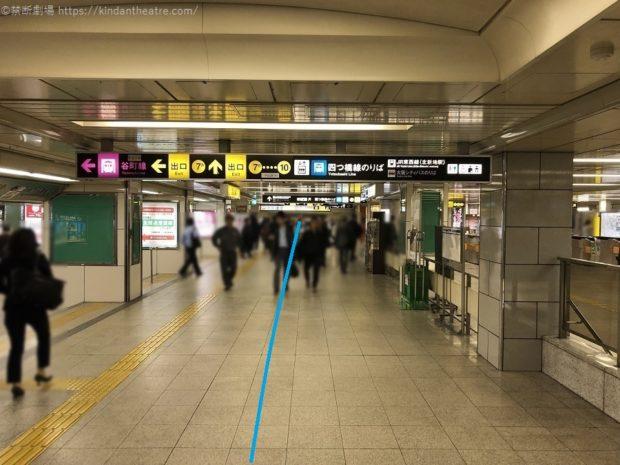 地下鉄西梅田駅ホームに沿うように地下通路を進む